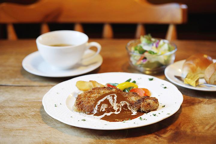 デミグラスかトマトソースが選べる「信州豚SPFロースのカツレツ」1,150円。パンかライス、サラダ、スープ付き