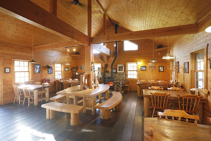 店内の中央には、一枚板の大きなテーブルとベンチをレイアウト
