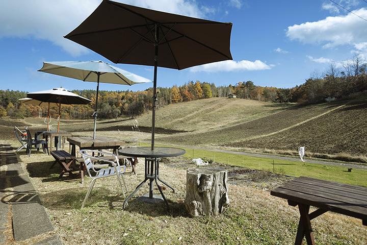 高原の風景を眺めて食事やお茶が味わえるテラス