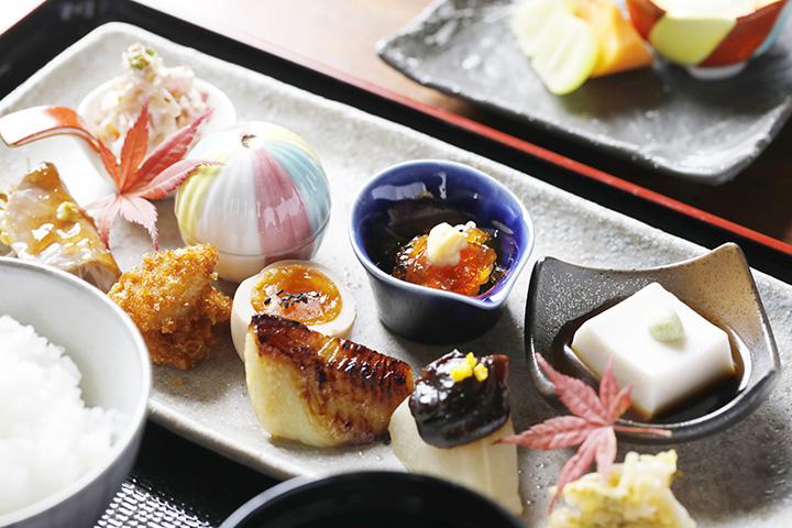 「彩り膳」1,650円はデザート付き。ごはんはおかわり自由なのもうれしい