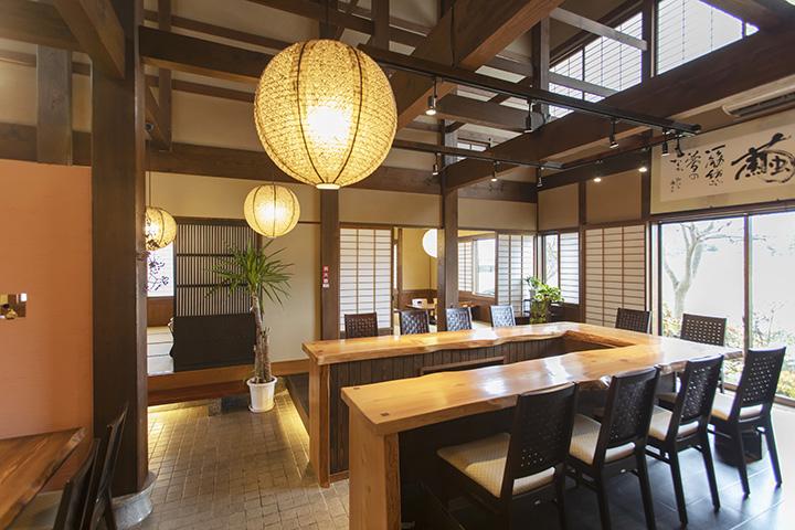 広々とした空間に、コの字型カウンターとテーブル席、お座敷席を配置