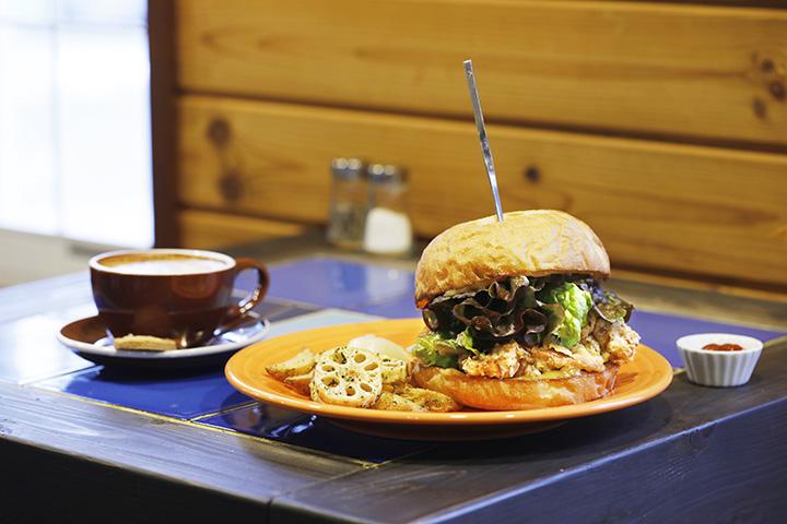 オープン当初から人気の「チキンバーガー」1,150円、エスプレッソの豆も選べる「フラットホワイト」400円