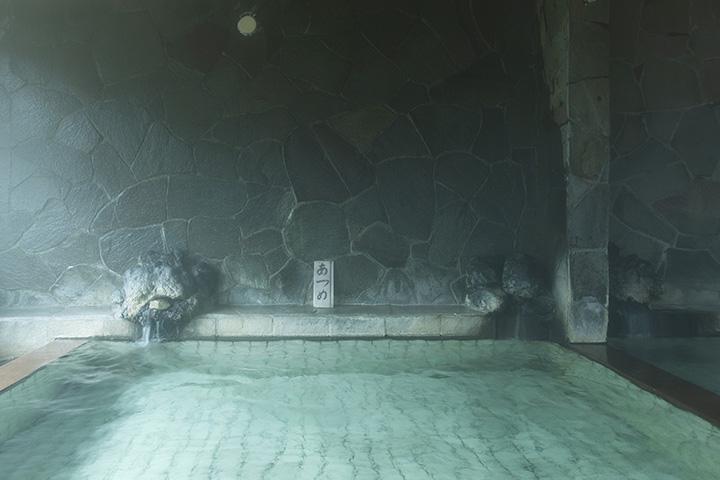 湯量豊富な源泉が楽しめる内湯