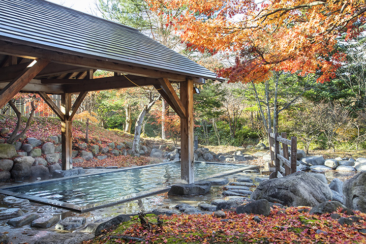 秋は色とりどりの紅葉が美しい、新館の露天風呂