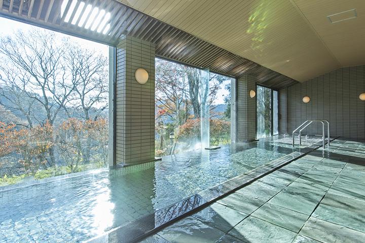 窓の外に四季折々の山の景色が広がる大浴場
