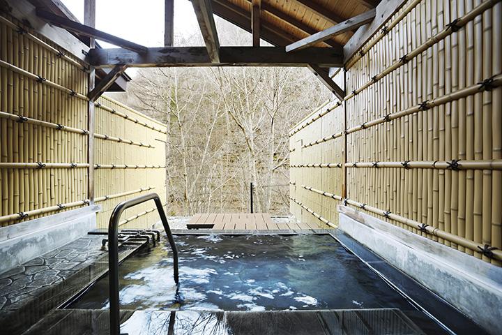 標高1,050mの秘境に立つ山荘。渓谷の風を感じて入る露天風呂は格別