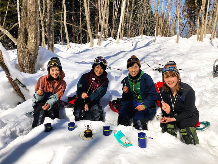 雪を固めてテーブルを作り、お茶とスイーツでひと休み