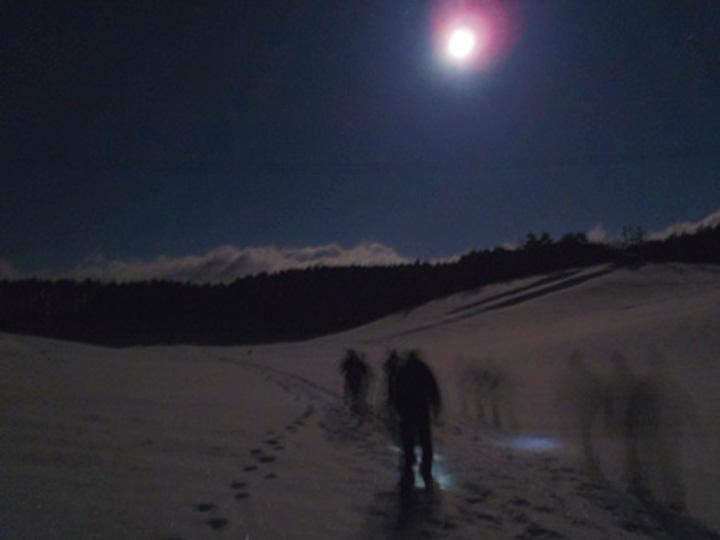月明かりに照らされた雪原を進む。雪国の必需品、かんじきの歩きやすさは感動的