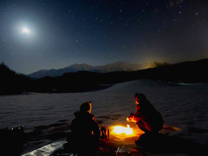 冬の夜だからこそ楽しめる雄大な雪原の風景にうっとり
