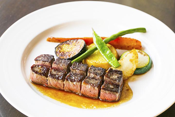 「サイコロステーキ」1,408円。付け合わせの野菜はその時々で変わる