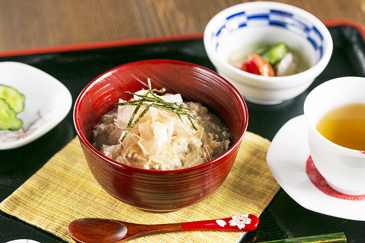 「豆腐もち」715円。小鉢と自家焙煎のほうじ茶が付く