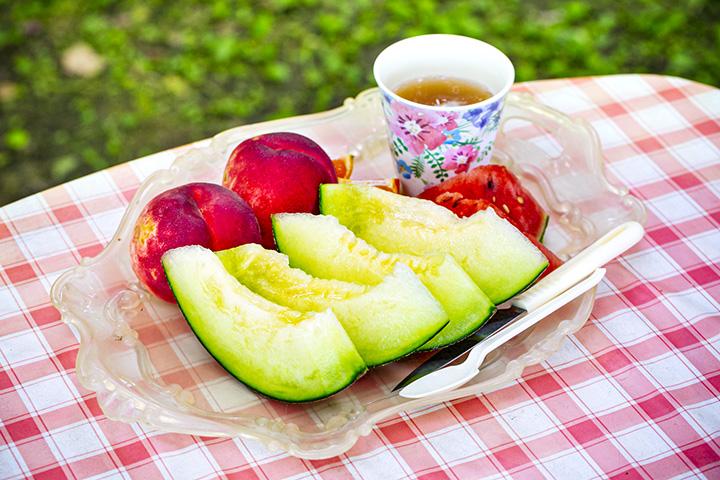 フルーツ盛り800円。その季節のフルーツが味わえる
