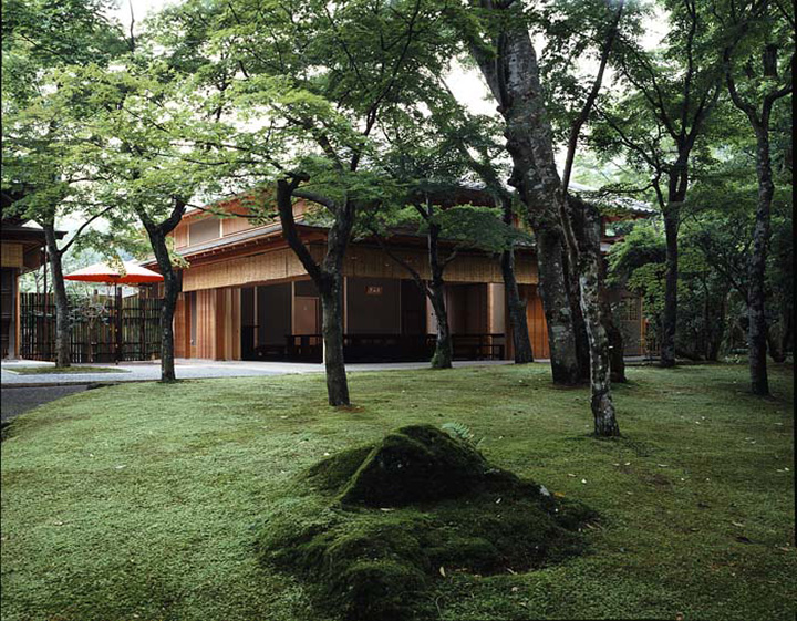 園内で特に人気の散策スポット「神仙郷(しんせんきょう)」は、国の登録記念物にもなっている