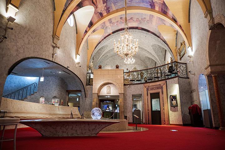 ヴェネチアにある「ドゥカーレ宮殿」の天井を模した「ヴェネチアン・グラス美術館」の館内
