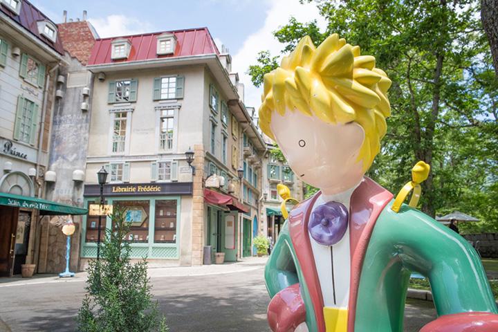 園内の通りを歩くだけでもフランスに来たような気分に。建物だけでなく看板などのディテールにも注目