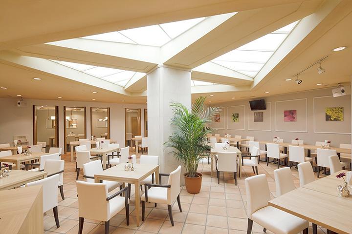 白を基調としたラウンジスペースは、ホテルならではのゆったりとくつろげる雰囲気