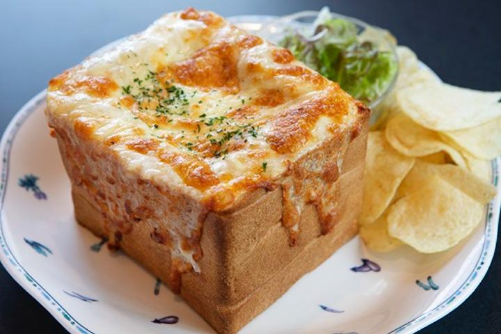 6枚切りの食パン5枚分を使った「ぱんグラタン」(サラダ付)980円(税別)