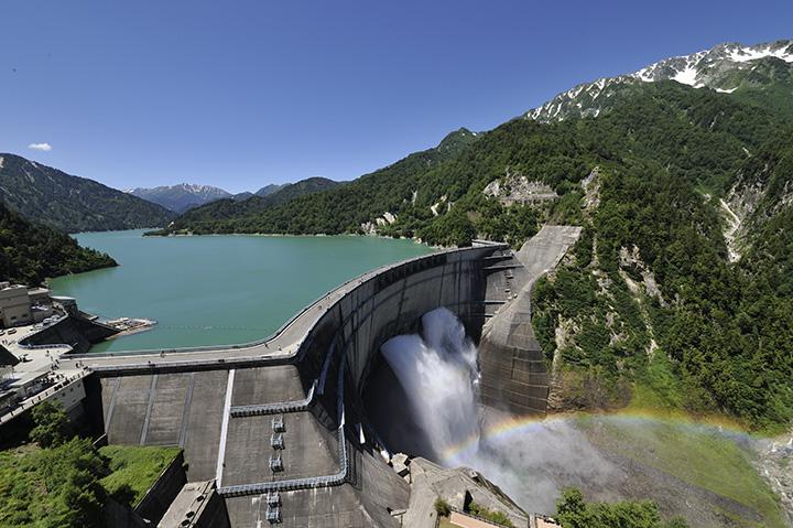 黒部渓谷の景観維持のため、毎年決まった時期に行われる観光放水
