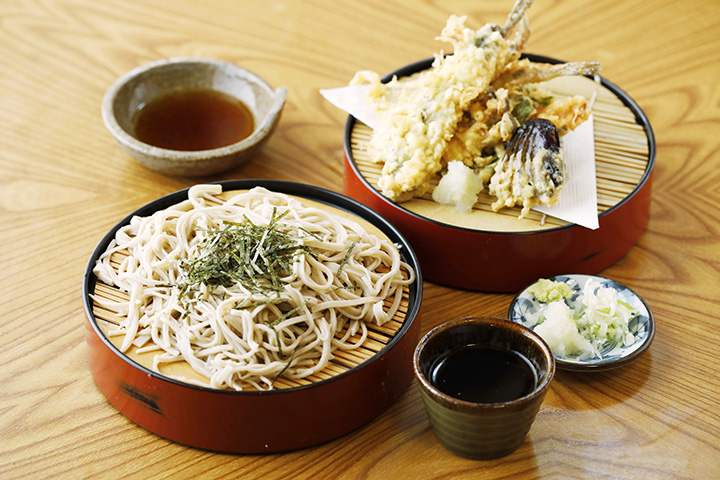 1匹半分の岩魚と野菜の天ぷらが付いた「岩魚天ざるそば」1,350円