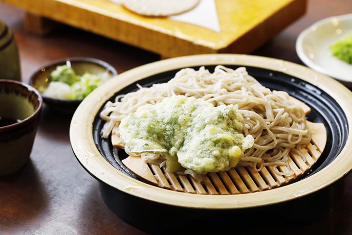 ざるそば800円。この日は陸海苔(おかのり)という野草の天ぷらを添えて