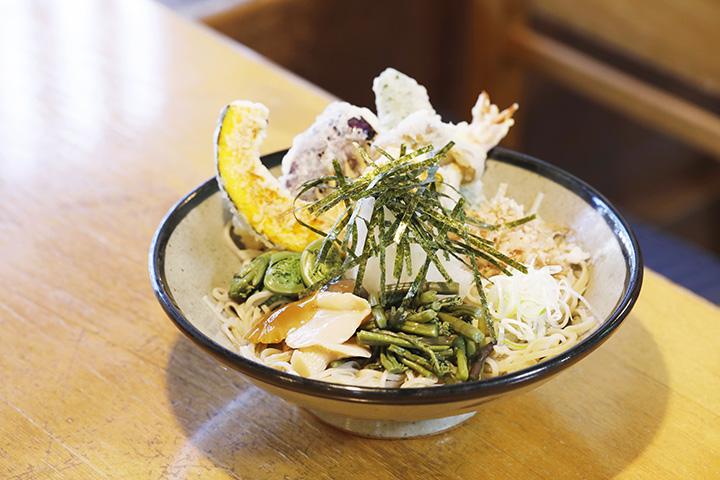 「塩の道そば」1,700円。天ぷらの軽やかなおいしさも絶妙