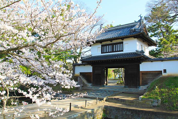 本丸と二の丸を結ぶ櫓門。1656年(明暦2年)の改築と伝えられる。本丸の櫓門が現存するのは、関東でここだけ