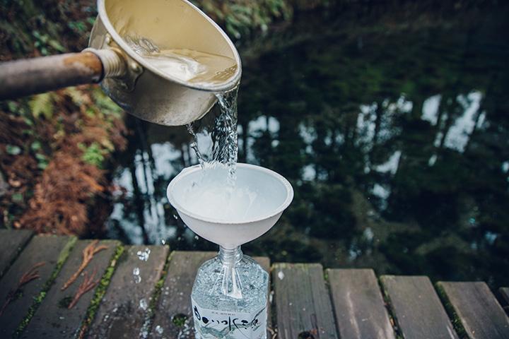 ペットボトルを持参して水汲みも。地元の人はもちろん、遠方からも多くの人が水汲みに訪れる
