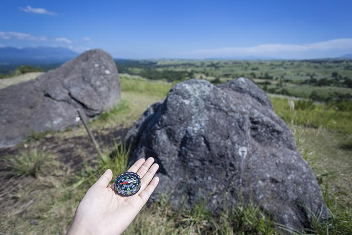 石に方位磁石を当てると、磁場に影響されて針が狂ってしまうのも不思議な光景