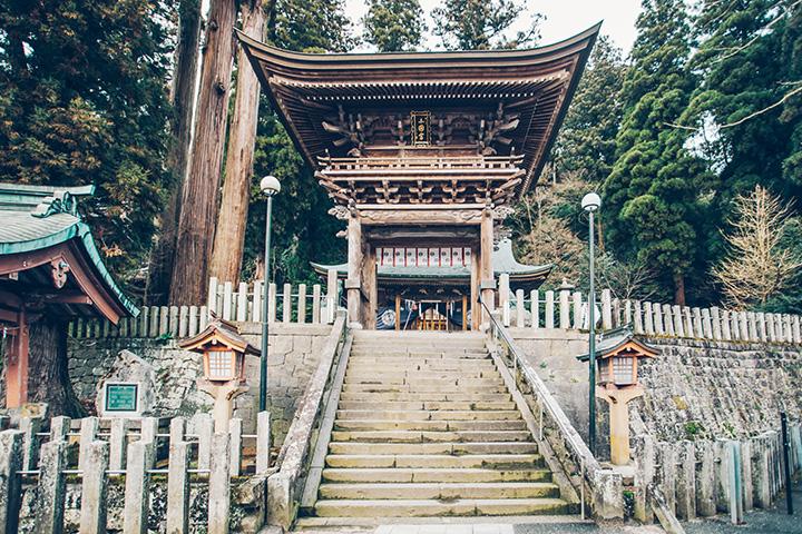 杉の森に包まれた「小国両(おぐにりょう)神社」は、家運隆盛のご利益があるといわれる