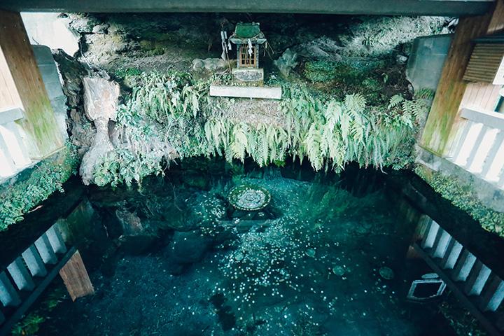 平安時代の銅鏡が中に収められているとされる「鏡ヶ池」