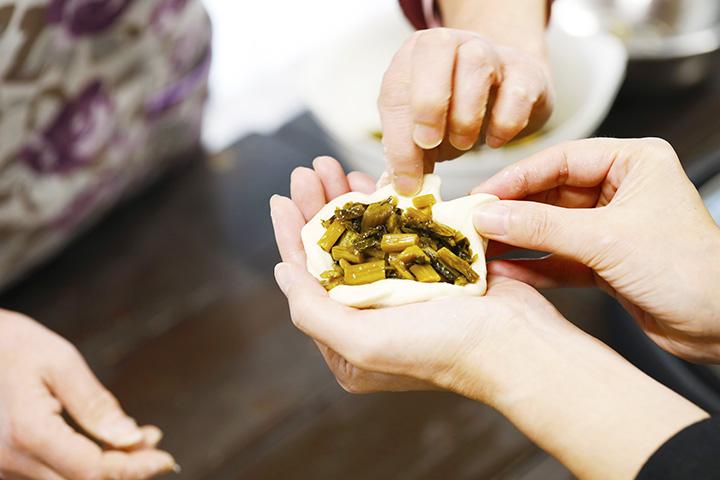 生地を延ばし、具材の野沢菜たっぷり包んでおやきに