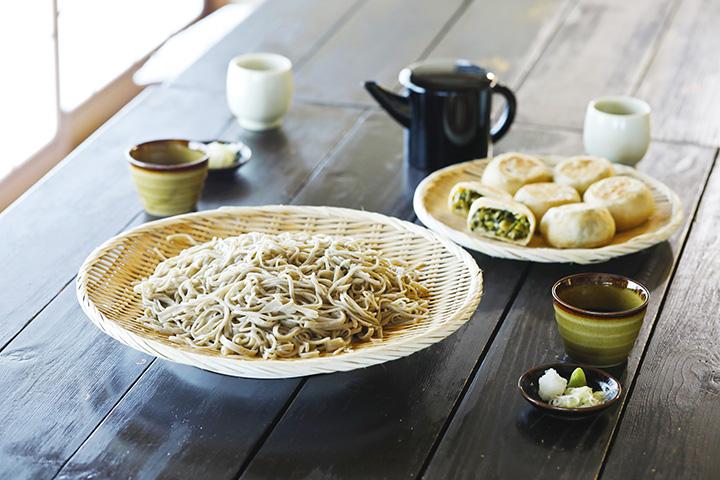 体験で作ったおやきはその場で焼いて味わえる。蕎麦は持ち帰って実食を