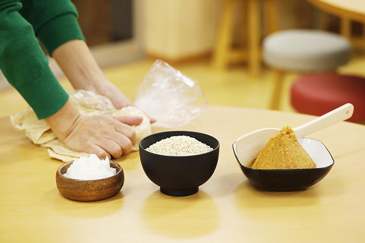 材料は、一晩水に浸けて蒸した大豆、塩、米糀、種味噌。所要時間は1時間ほど