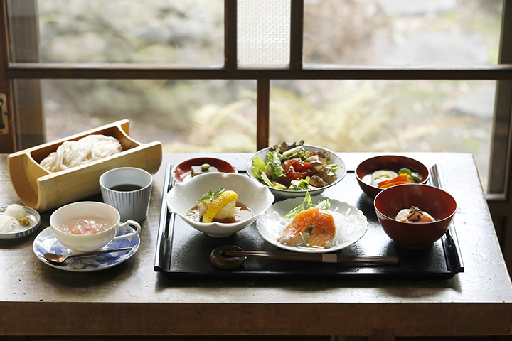 季節の食材満載の人気メニュー「茂吉膳」でランチ。メインはわちがいオリジナルの生麺「ざざ」か黒豚丼が選べる