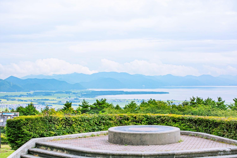 園内からは猪苗代湖と磐梯山を一望できる