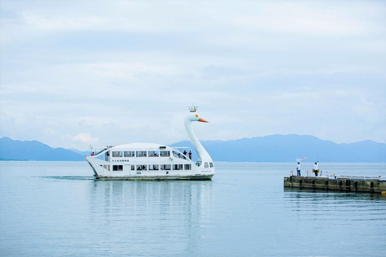 長浜から出航する遊覧船「はくちょう丸」