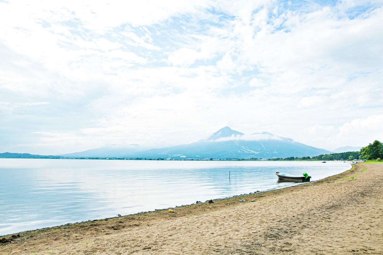 「天神浜」からは猪苗代湖と磐梯山を眺められる
