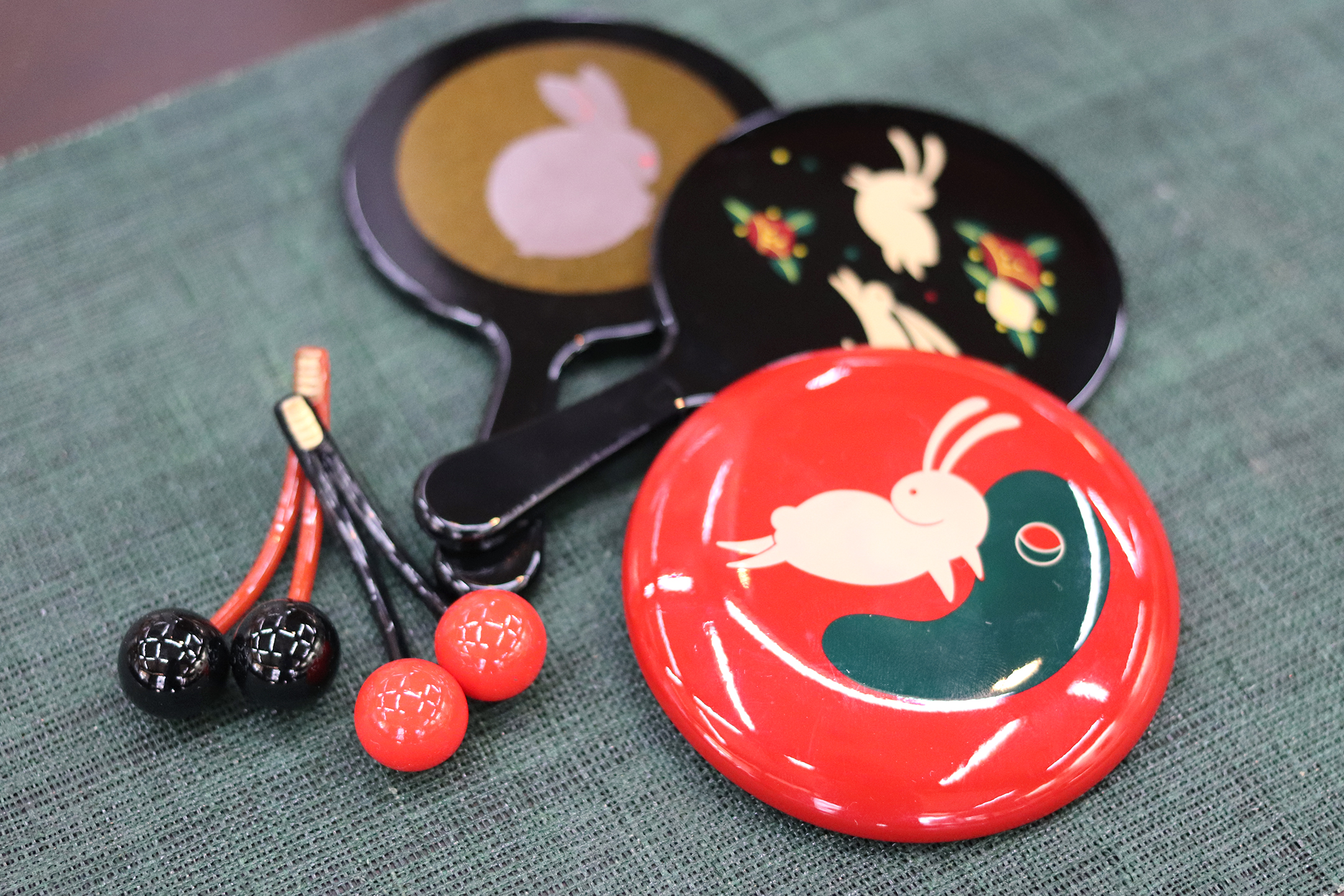 赤い丸鏡「ご縁鏡」3,300円(直径7.5㎝)、「稲田姫鏡」各1,650円(直径7.3cm、長さ12.2cm)、「さくらんぼ縁結び箸置」ペア1,100円