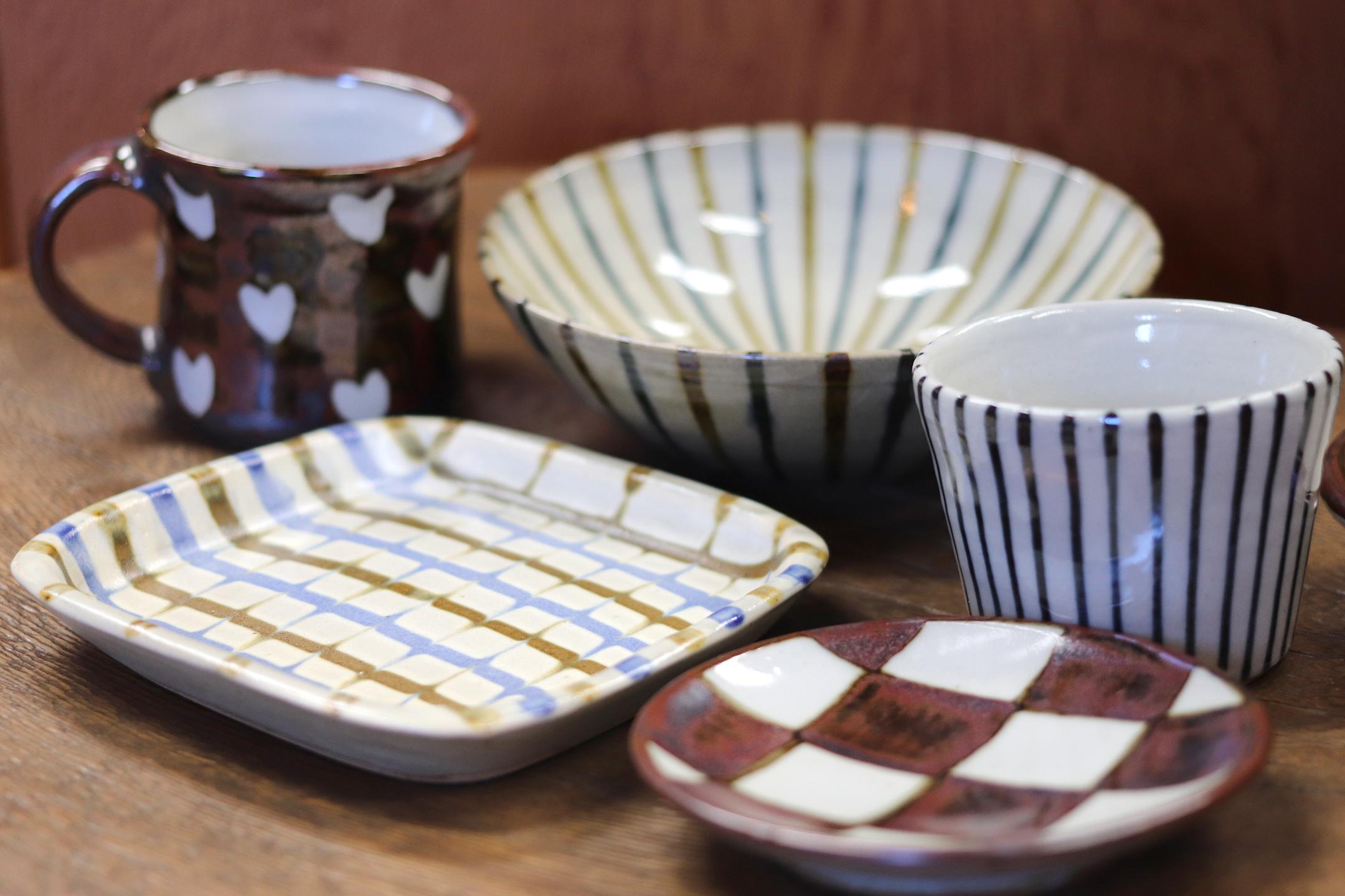 和食にも洋食にも合うデザインが魅力の平皿(左手前)2,400円+税、蕎麦猪口1,200円+税など