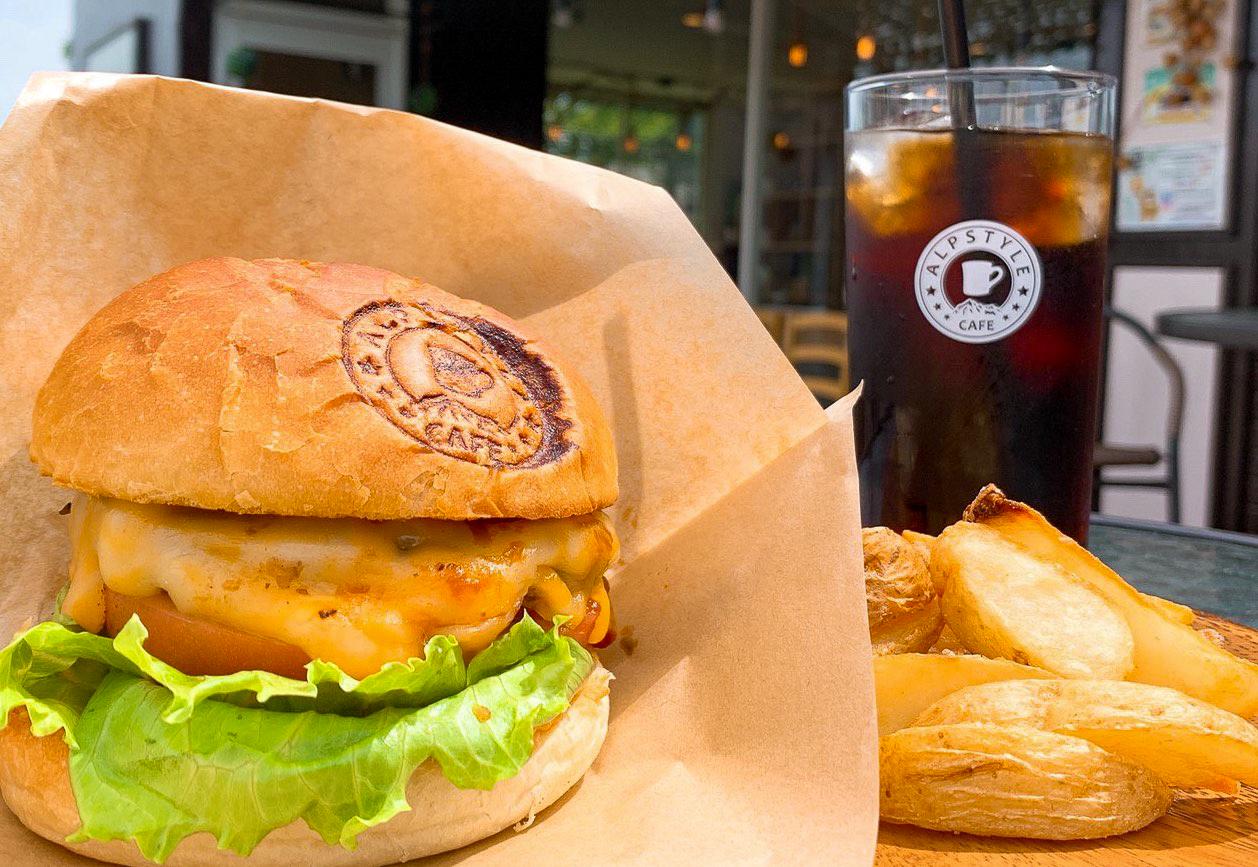 「チーズバーガー」900円、アイスコーヒー400円(フードとの注文で100円引き)