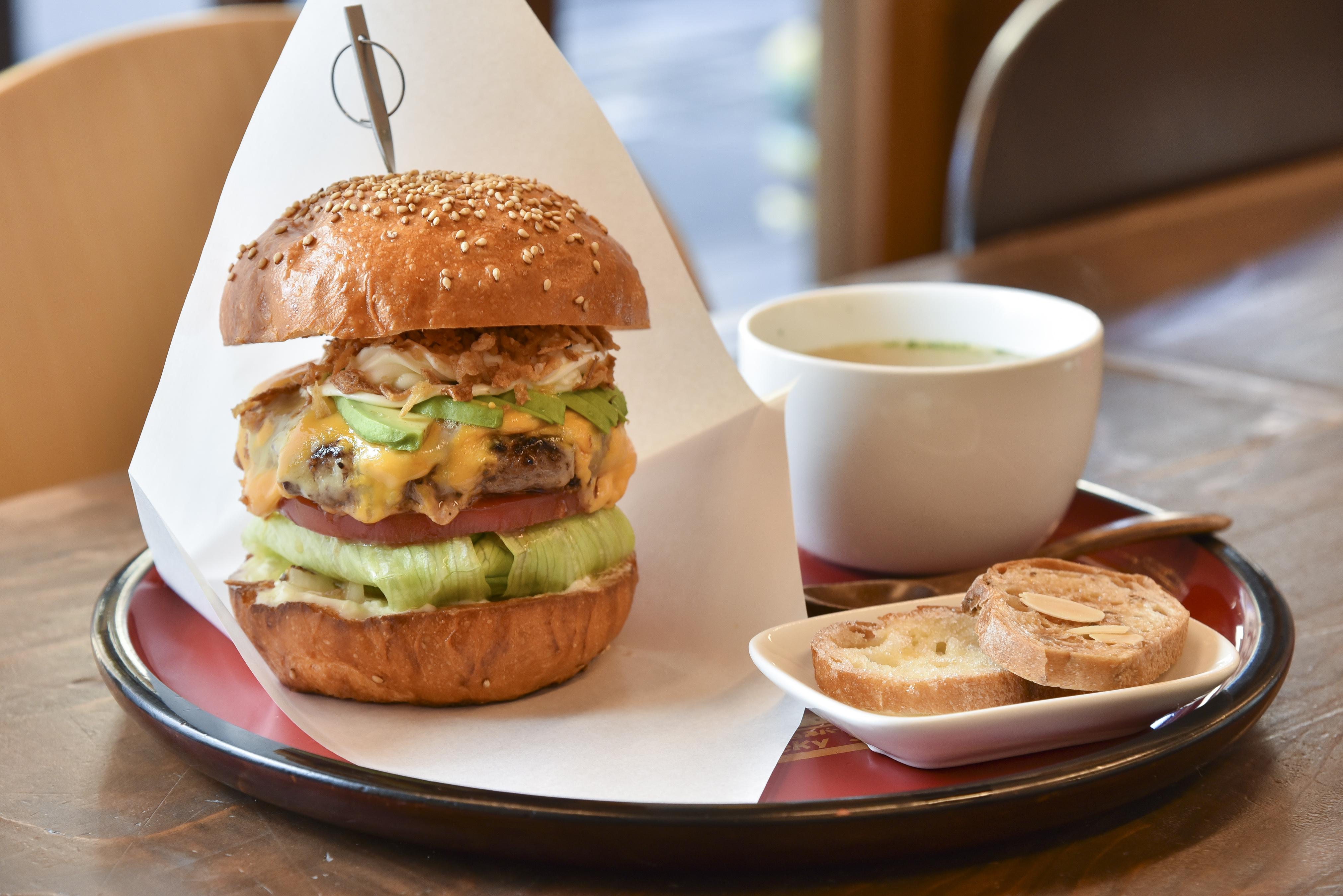 「会津美人(べっぴん)バーガー」(ラスク付き)880円。ランチセットはスープ、ドリンクが付いて1,130円