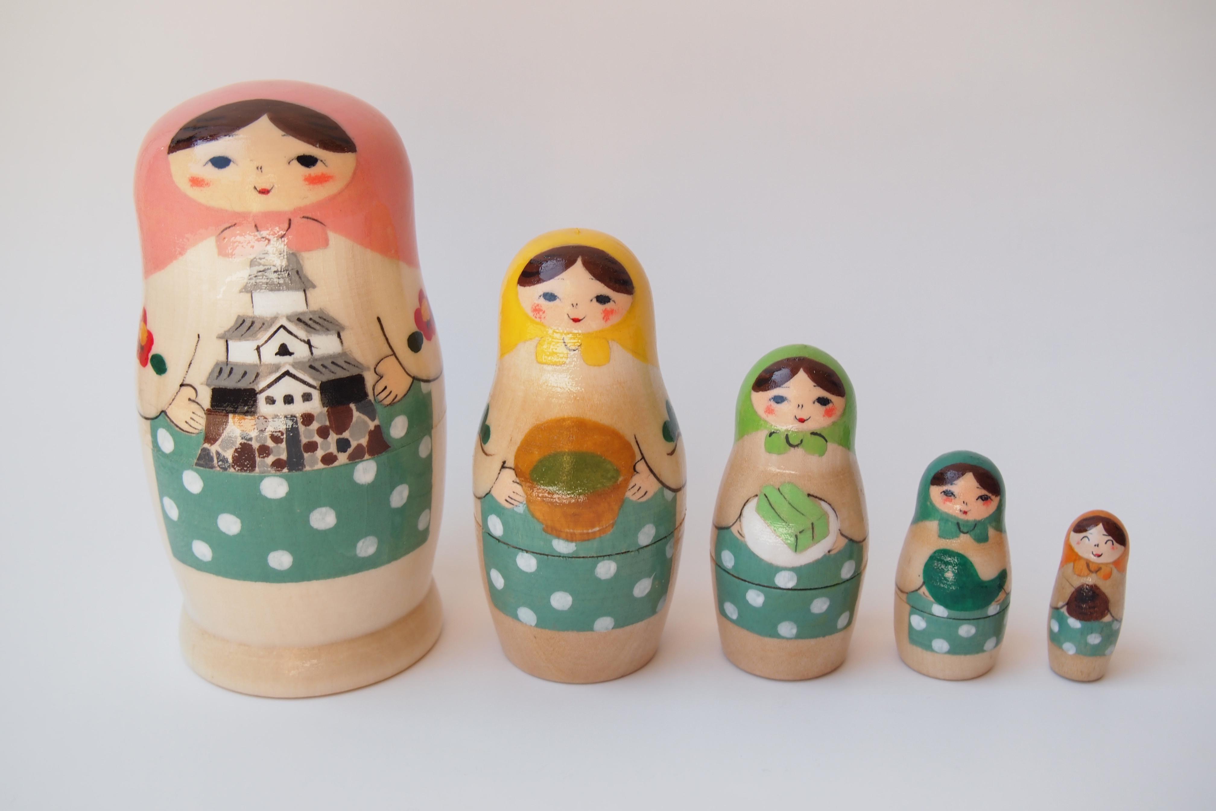 それぞれ松江名物を手にする「マツエーシカ」5人組5,000円