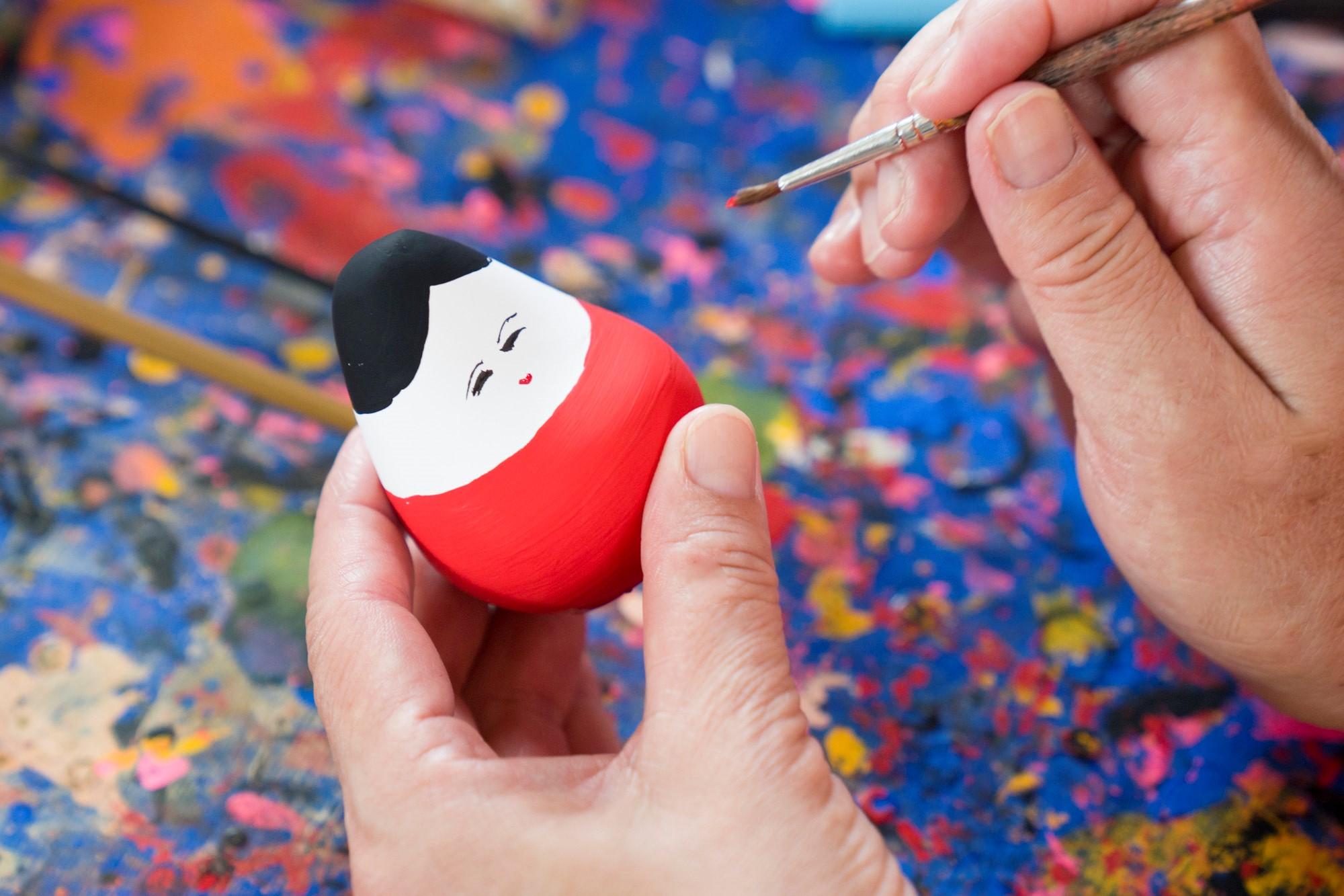 目や口など、細筆でも難しいところはペンを利用することもできます