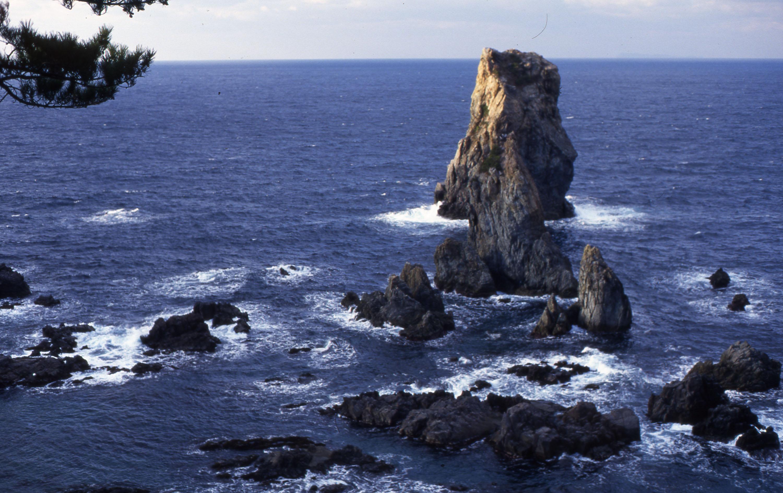 冬の日本海に屹立する青海島の奇岩群
