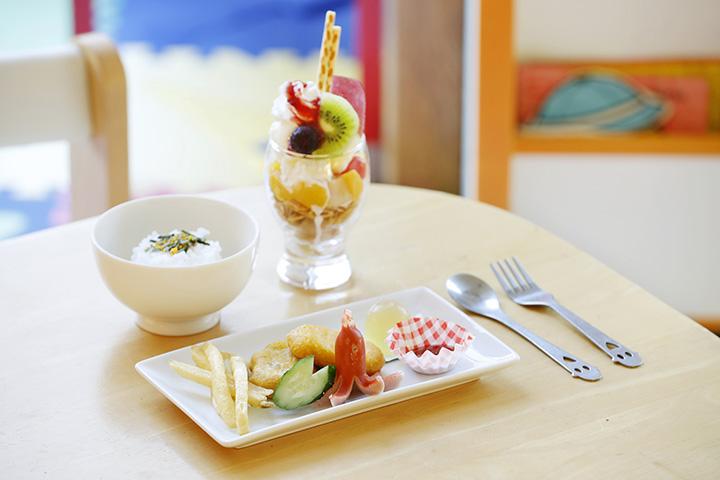 「キッズごはん」220円、季節のフルーツとアイスが味わえる「ミニパフェ」200円