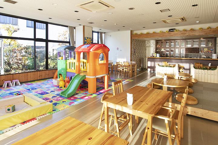 遊具やおもちゃ満載のキッズスペースでは、雨の日でも思い切り遊べる