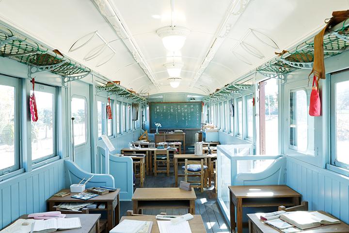 広場にある電車の中は、トットちゃんが通ったトモエ学園の世界を再現