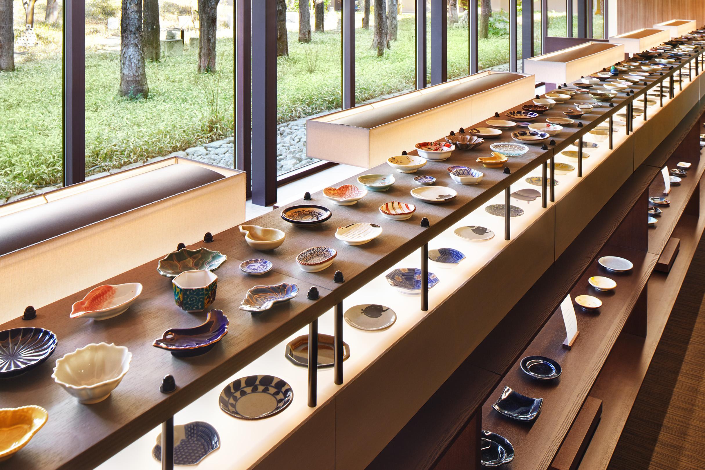 「豆皿ギャラリー」には、益子焼を中心に日本全国さまざまな産地の個性的な豆皿が揃う