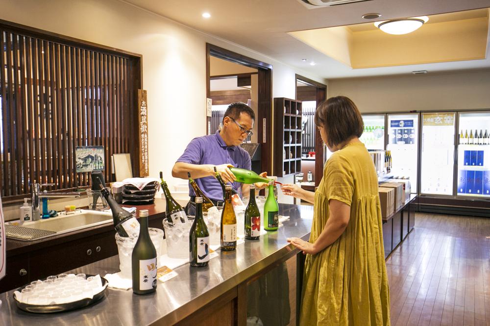 直売所では、蔵おすすめの日本酒を試飲できる