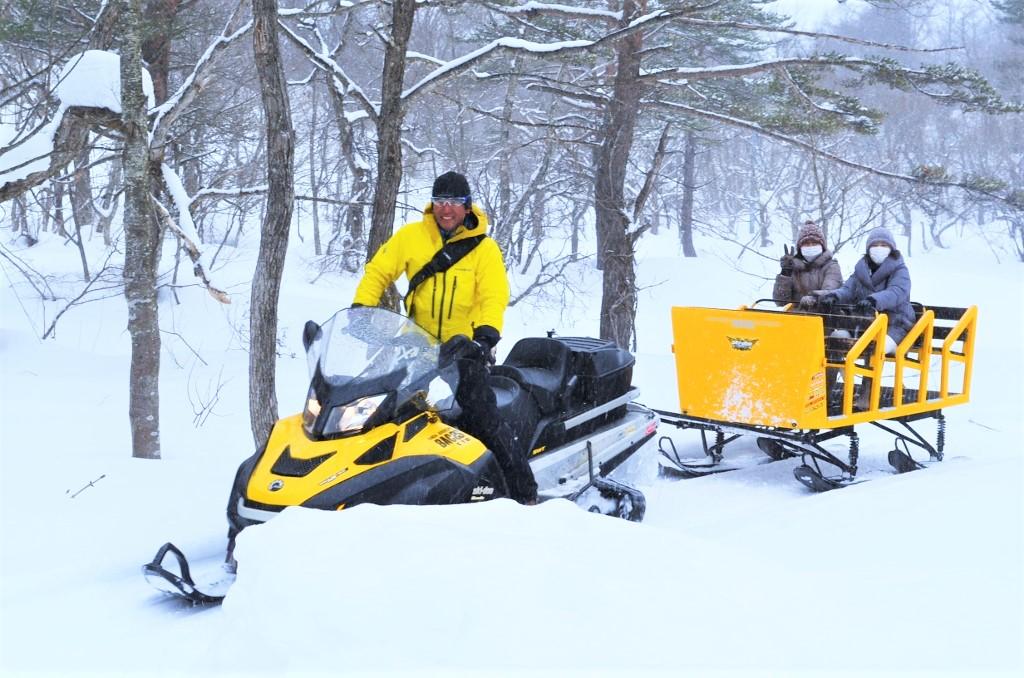 安定感抜群の大型そりに乗って雪上を遊覧できる